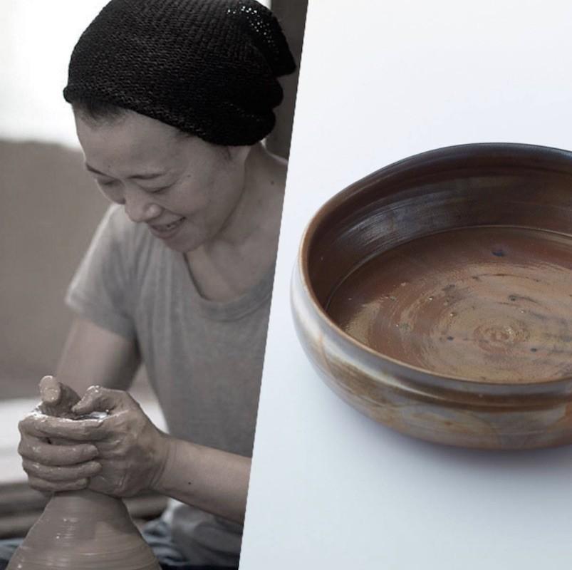 野趣と洗練が調和する器、由起子窯「窯変黒唐津深鉢」。