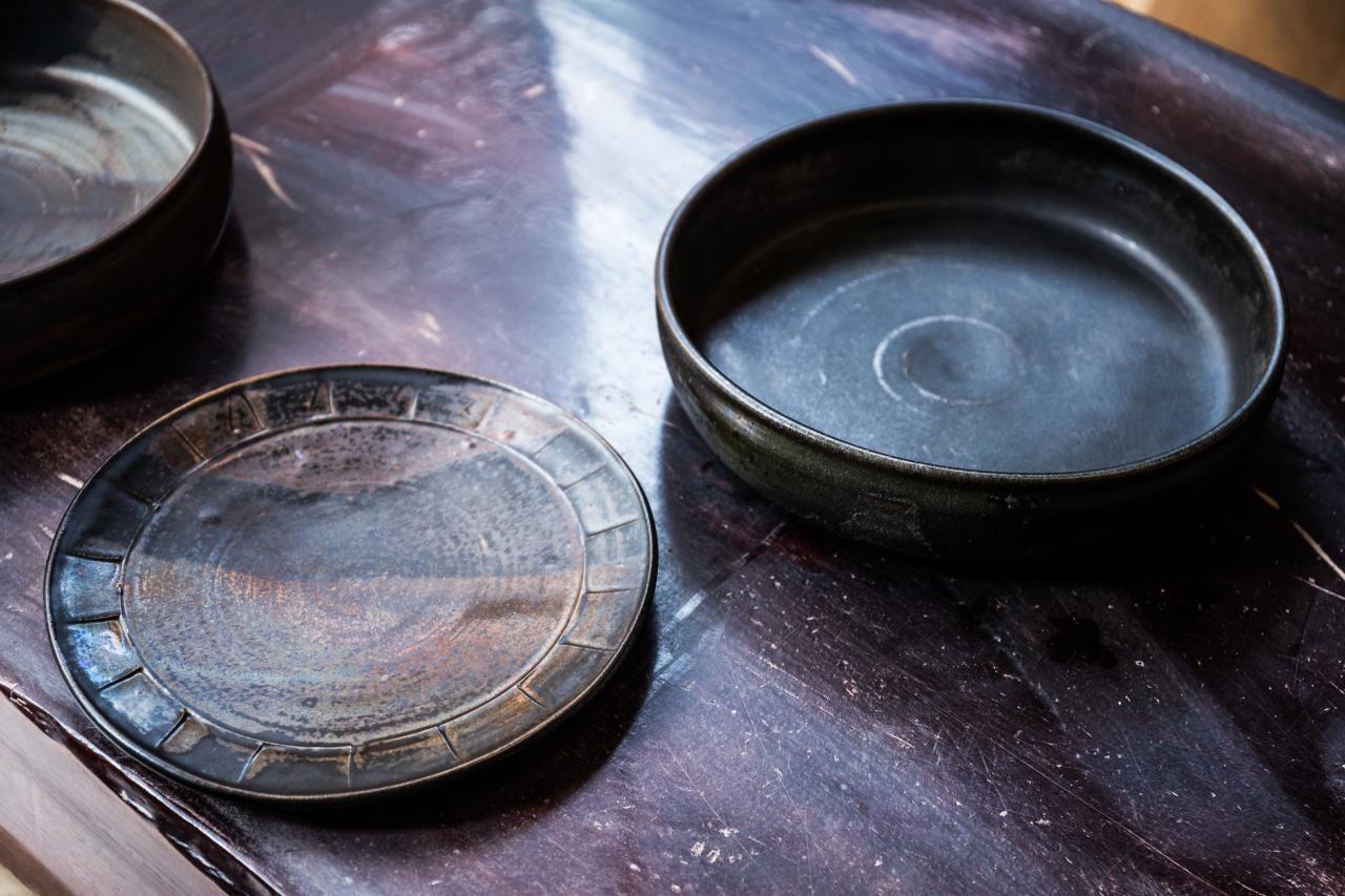 """釉薬の調合を極め、""""窯の魔法""""に託す。"""