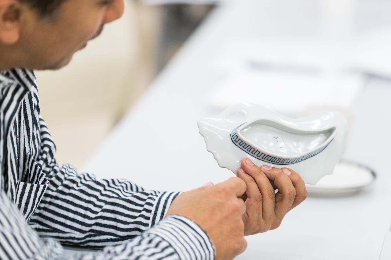 有田焼の長い歴史と進化を1枚の皿に凝縮させる。