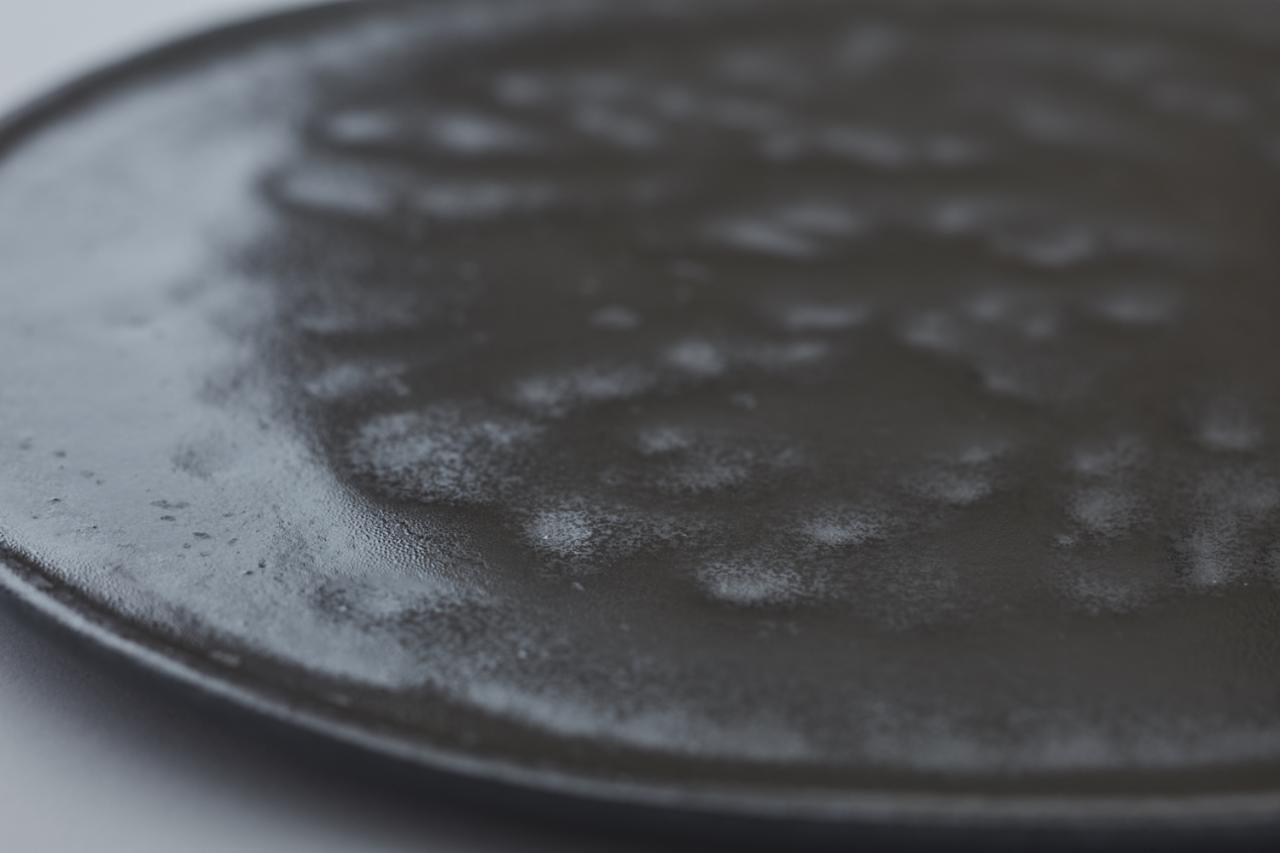 外観だけでなく釉薬の「たまり」も微妙な凹凸を生み指先で表面の変化を楽しめる。
