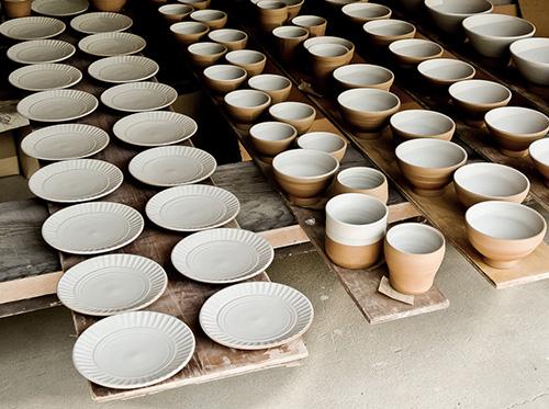 日本各地の窯元や工房、作り手の元に足を運び、目と手の感覚で商品をセレクト