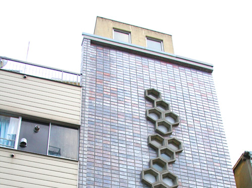 モニャラは古くて味わいのあるビルの5階で営業しています
