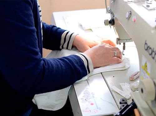 秋田の工場でつくるyohakuの服は、素材や着心地を大切にしています。